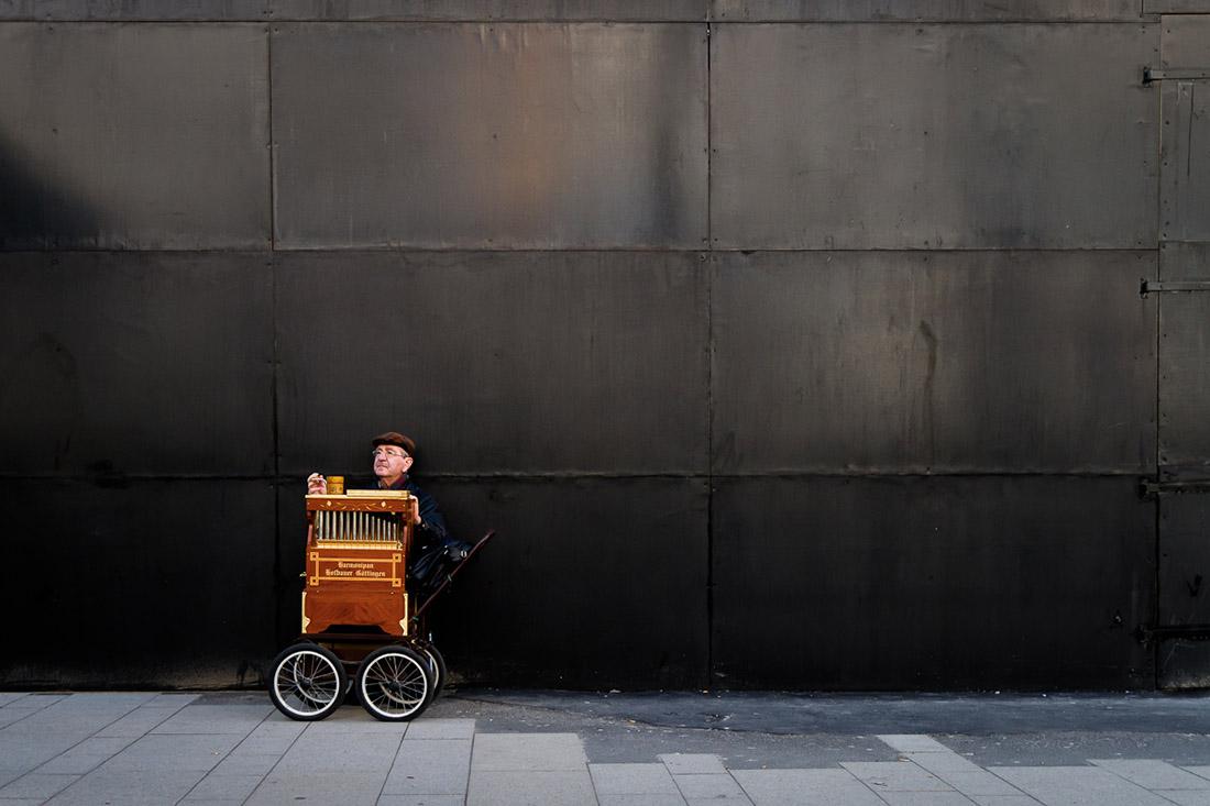 play the barrel organ